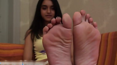 Arab Girl Show her feet Soles - Fille Arabe montre ses pieds